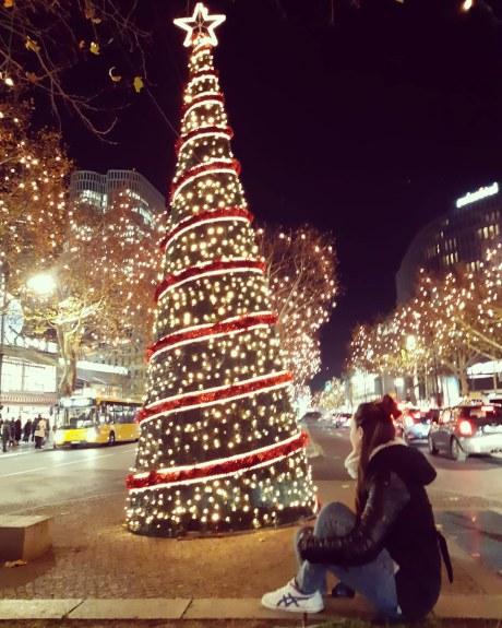 אישה מסתכלת על עץ כריסמס. ברלין