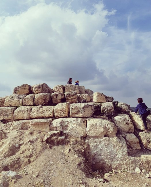 חורבת מדרס, מטפסים על הפירמידה
