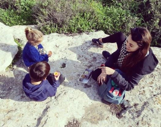 אמא וילדים בהפסקת אוכל בטיול