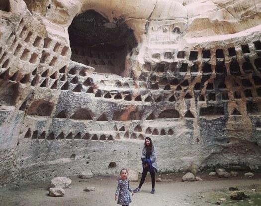 אמא וילדה בתוך מערה. חורבת מדרס