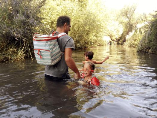 אבא וילדים הולכים בשמורת המג'רסה
