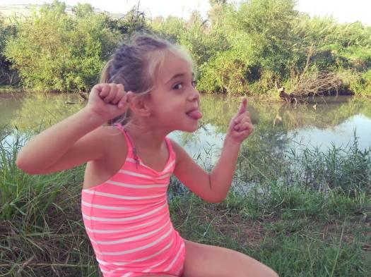 ילדה נהנית בנהר הירדן
