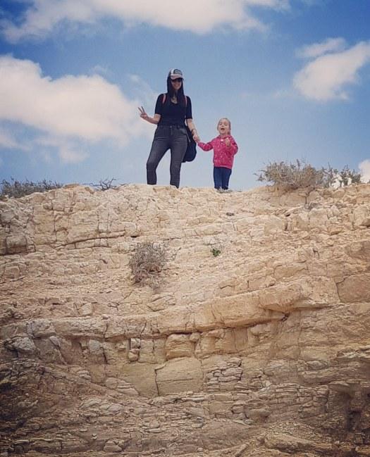 אמא וילדה מחייכות בשמורת עין ירקעם, ישראל
