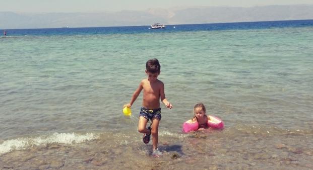 ילדים על החוף של עקבה