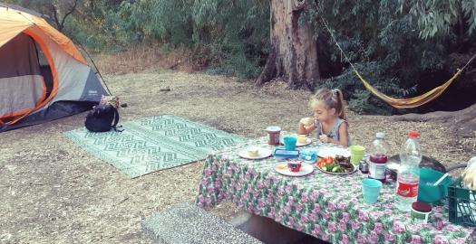 ילדה אולת בקמפינג באזור פארק הירדן