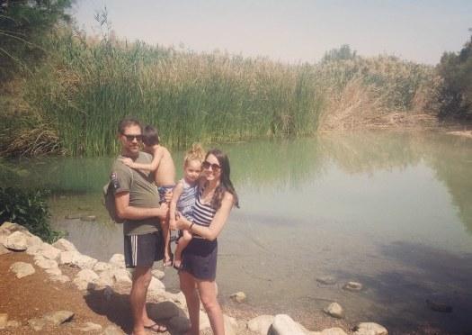 משפחה עומדת ומחייכת ליד אגם- עין פשחה