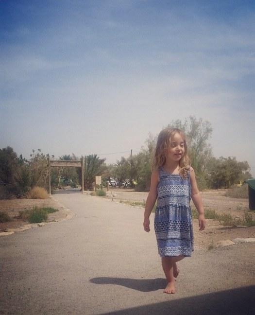 ילדה יחפה הולכת ומחייכת- שמורת הטבע עיינות צוקים