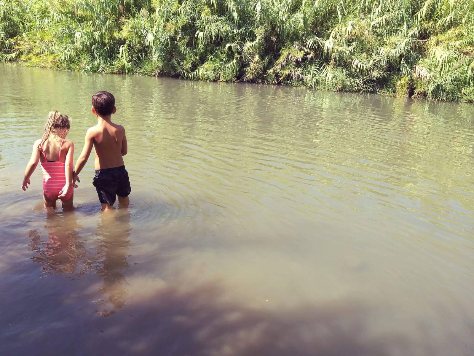 ילדים נהנים בנהר הירדן