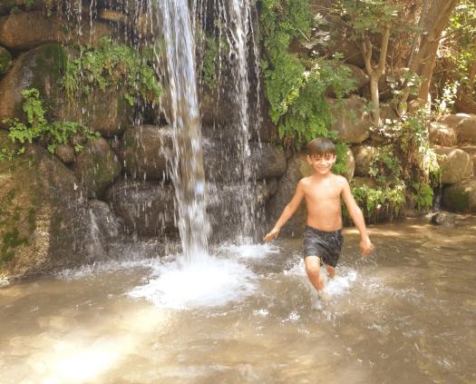 ילד נהנה מהמפל של נחל חצבאני