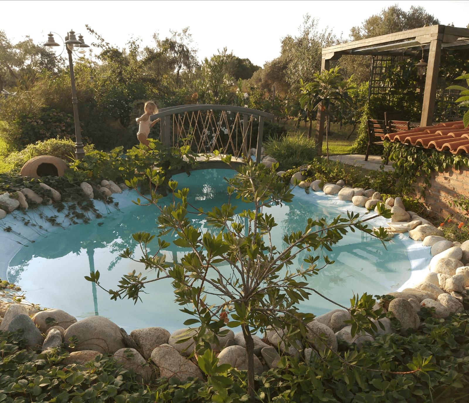 החצר במלון Ta Petrina, סיטוניה, חלקידיקי