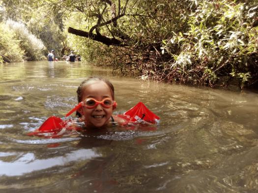 ילדה שוחה בתוך המג'רסה