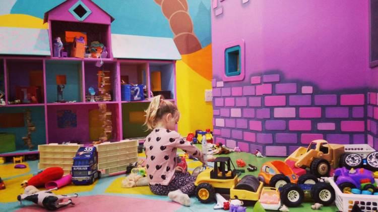 ילדה משחקת בבית בובות