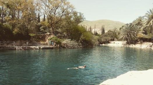 אדם משנרקל בבריכת מים עמוקים- הסחנה- גן לאומי גן השלושה