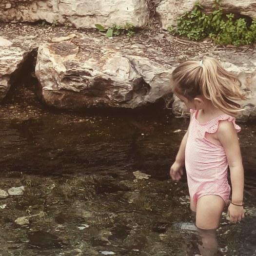 ילדה נהנית בתוך בריכת מים. מעיין אלרואי