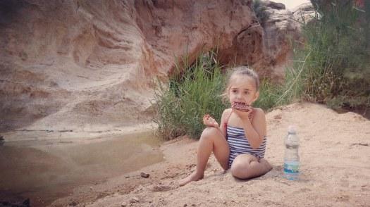 ילדה אוכלת מצה בפסח בטיול בשמורת עין ירקעם