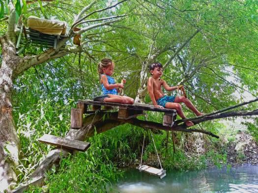 ילדים משתעשעים על מחנה על העץ. עין אביאל