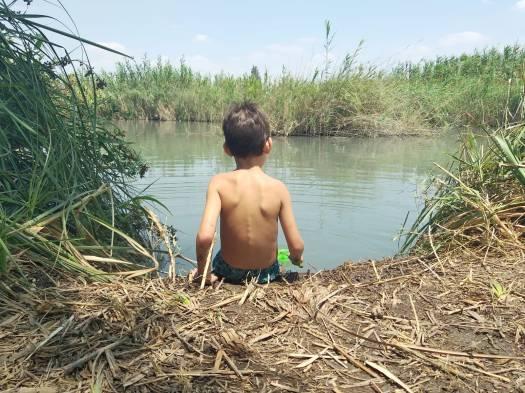 ילד יורד למים, פארק המעיינות