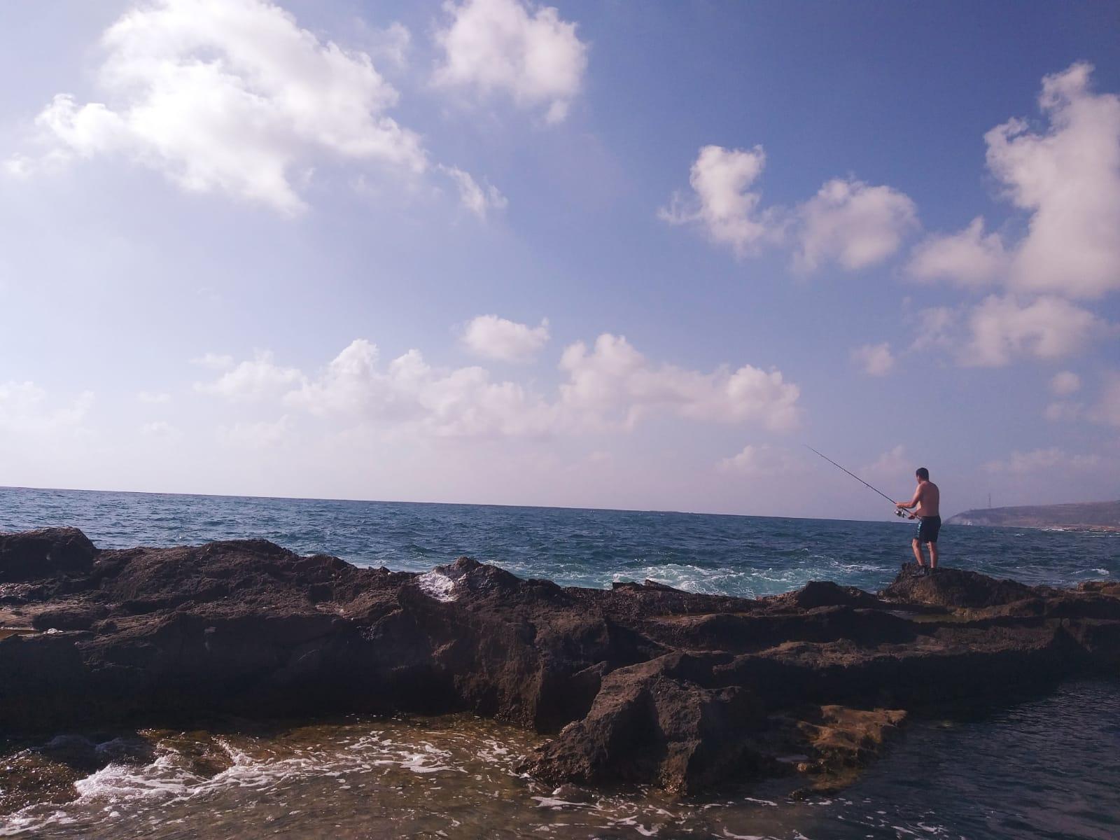 דיג על הסלעים של חוף אכזיב