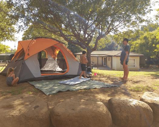 מקימים אוהל בגן לאומי חורשת טל