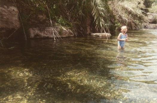 ילדה נהנית בבריכת מים רדודים בסחנה- גן לאומי גן השלושה