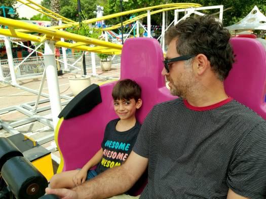 אבא וילד על רכבת שדים