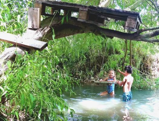 ילד וילדה משתעשעים במים. עין אביאל