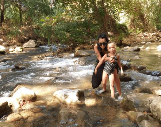 אמא וילדה נהנות בשמורת החצבאני