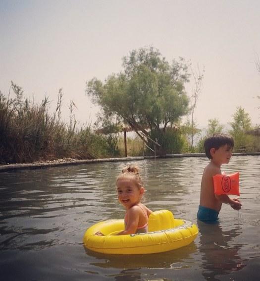ילדים משתעשעים בתוך בריכת מים טבעית- עין פשחה