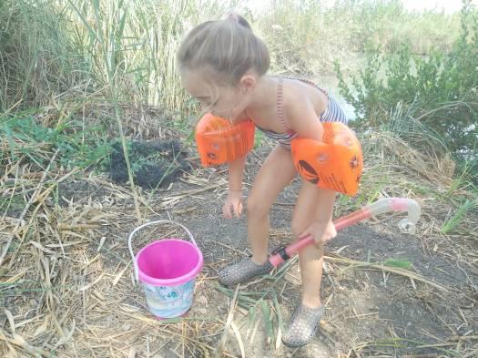 ילדה משחקת בפארק המעיינות, נחל הקיבוצים