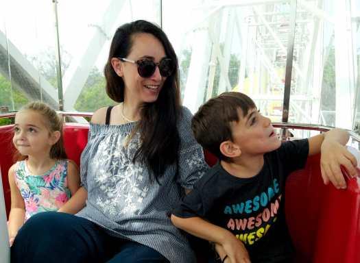 אמא וילדים על הגלגל הענק. לונה פארק תל אביב