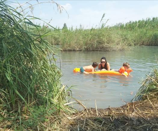 אמא וילדים במים. פארק המעיינות