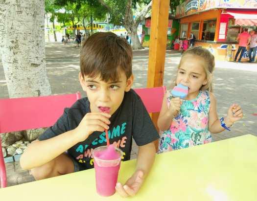 ילדה אוכלת ארטיק וילד שותה ברד