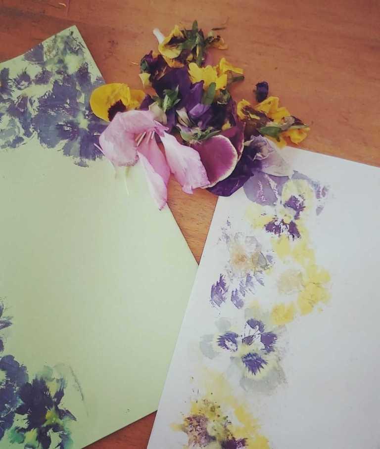 הדפסי פרחים על נייר